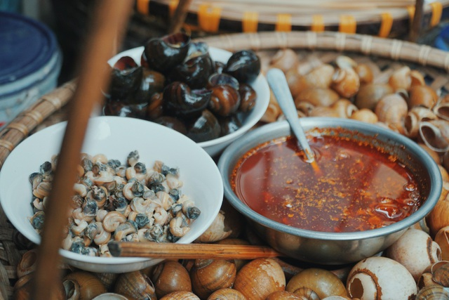 Độc nhất Hà Thành: Bún ốc nguội vừa ăn vừa khóc, 30 năm chỉ bán vỉa hè - 4