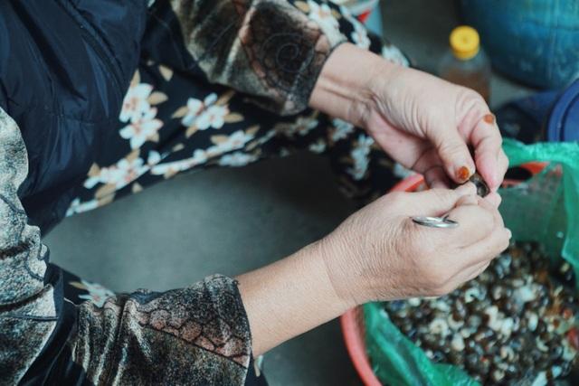 Độc nhất Hà Thành: Bún ốc nguội vừa ăn vừa khóc, 30 năm chỉ bán vỉa hè - 5