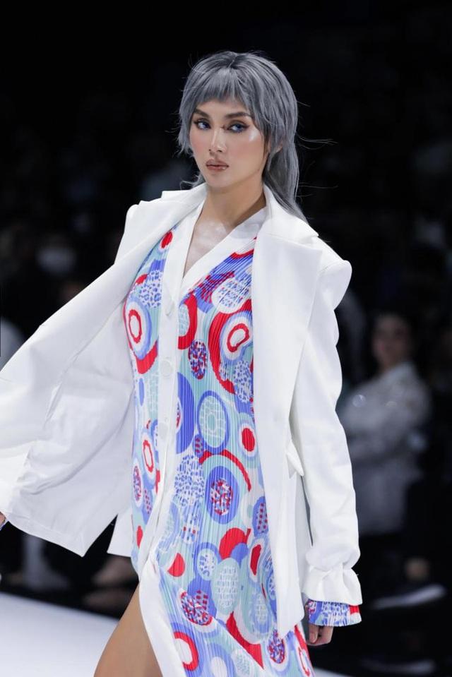 Tân hoa hậu Đỗ Thị Hà lần đầu xuất hiện trên sàn diễn thời trang - 8