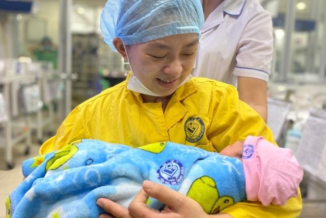 20 y bác sĩ chạy đua với tử thần cứu mẹ con thai phụ bị tai nạn nguy kịch - 2