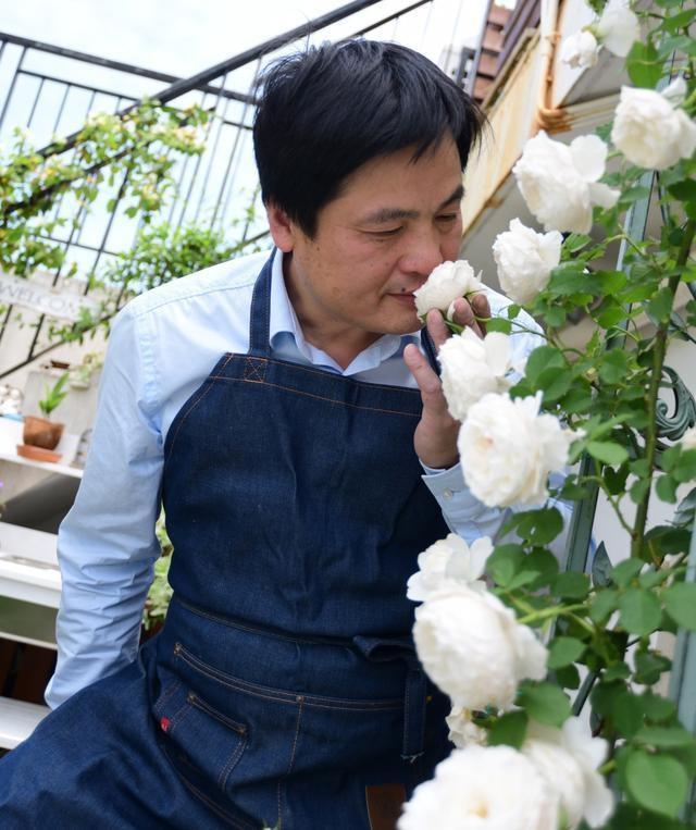 Vườn hoa sân thượng đẹp như thiên đường của vị giám đốc bận rộn - 2