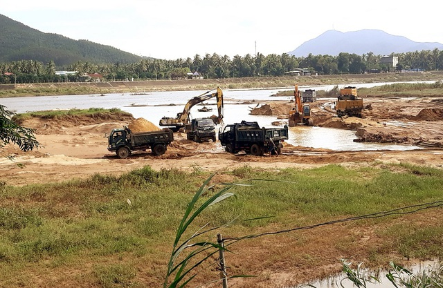 Núp bóng dự án, ồ ạt khai thác cát trên sông Lại Giang - 1