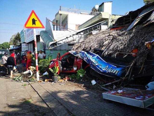 Ô tô tông xe bán cà phê, quét nhiều xe máy rồi húc sập mái hiên nhà - 3