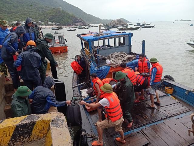 Tàu chở xi măng chìm trên biển Cù Lao Chàm, 10 người thoát chết - 1