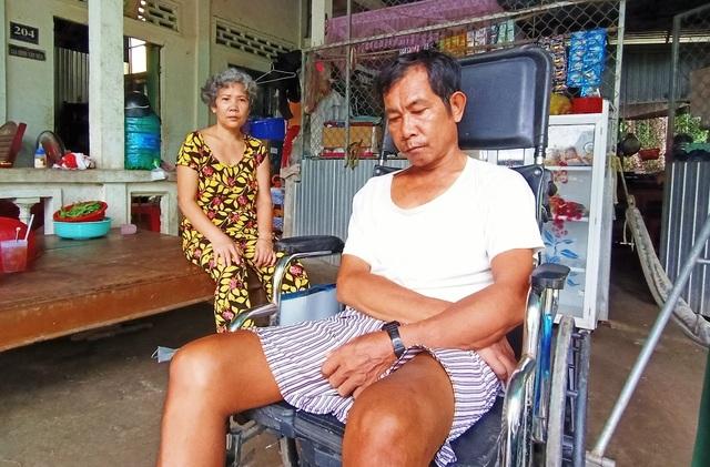 Xót xa cảnh vợ tâm thần lơ ngơ chăm chồng bị tai biến nằm liệt - 2