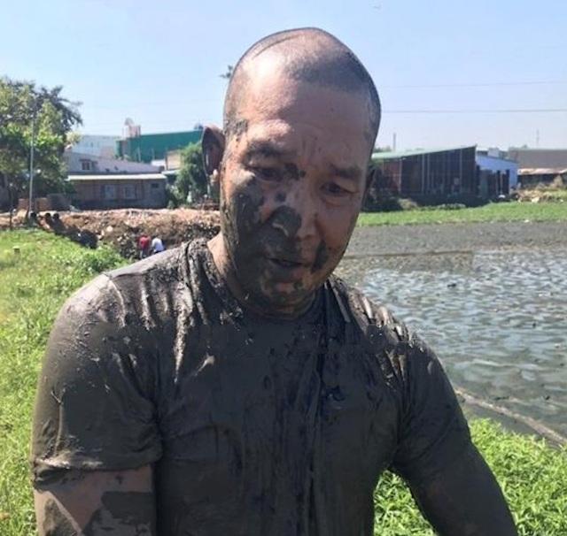 Bị vây bắt, đối tượng ôm ma túy nhảy xuống ao bùn để phi tang - 1