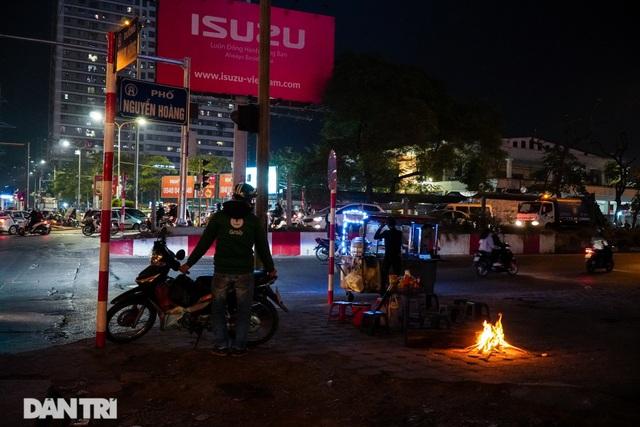 Mùa đông gõ cửa, người Hà Nội đốt lửa sưởi ấm giữa đêm giá lạnh - 8