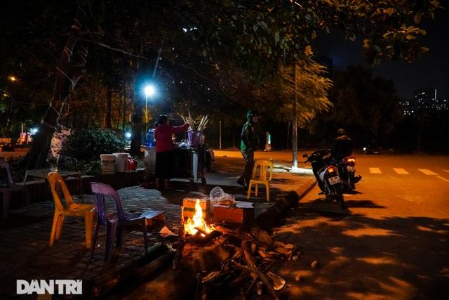 Mùa đông gõ cửa, người Hà Nội đốt lửa sưởi ấm giữa đêm giá lạnh - 9