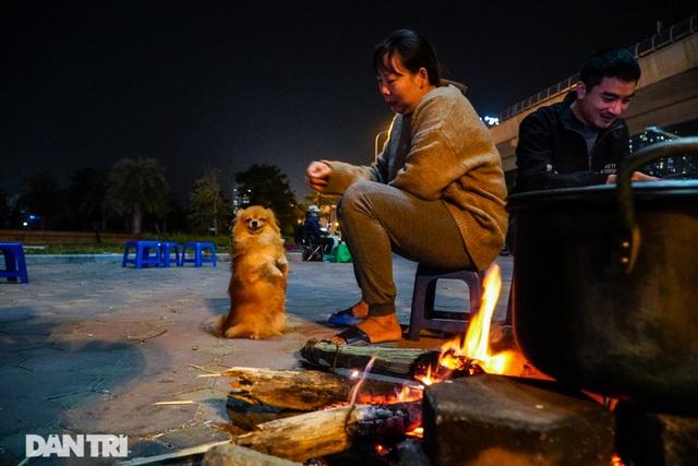 Mùa đông gõ cửa, người Hà Nội đốt lửa sưởi ấm giữa đêm giá lạnh - 5