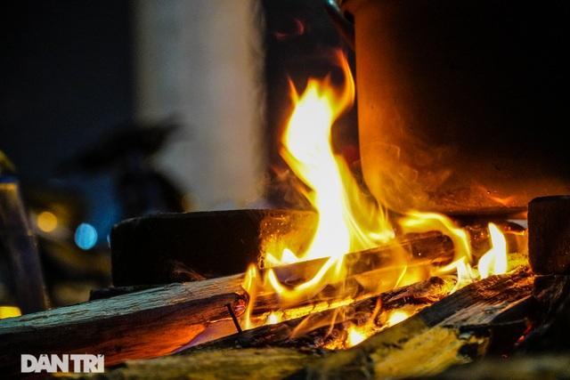 Mùa đông gõ cửa, người Hà Nội đốt lửa sưởi ấm giữa đêm giá lạnh - 4