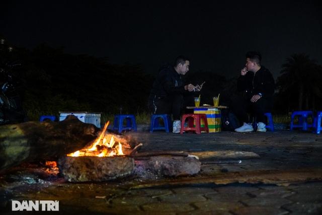 Mùa đông gõ cửa, người Hà Nội đốt lửa sưởi ấm giữa đêm giá lạnh - 7