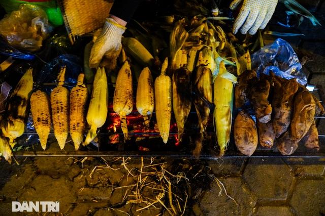 Mùa đông gõ cửa, người Hà Nội đốt lửa sưởi ấm giữa đêm giá lạnh - 10