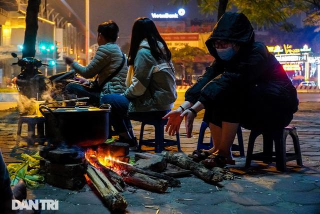 Mùa đông gõ cửa, người Hà Nội đốt lửa sưởi ấm giữa đêm giá lạnh - 11
