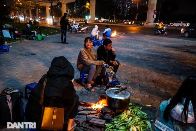 Mùa đông gõ cửa, người Hà Nội đốt lửa sưởi ấm giữa đêm giá lạnh - 3