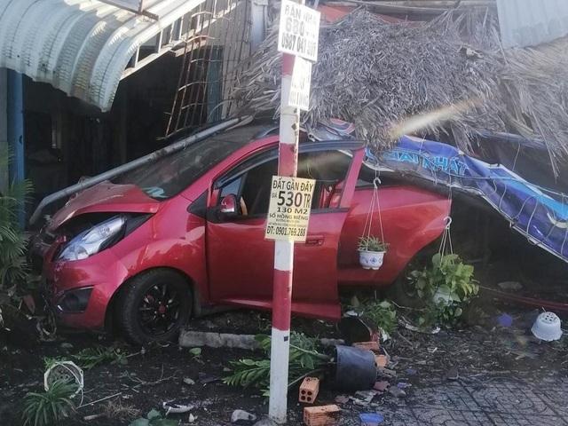 Ô tô tông xe bán cà phê, quét nhiều xe máy rồi húc sập mái hiên nhà - 1