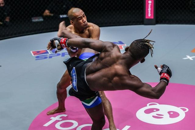 Tung cú đá thần sầu, võ sĩ Nam Phi hạ gục đối thủ sau 37 giây - 1