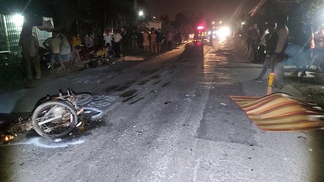 Hai xe máy tông nhau vỡ nát, 2 người tử vong tại chỗ - 1