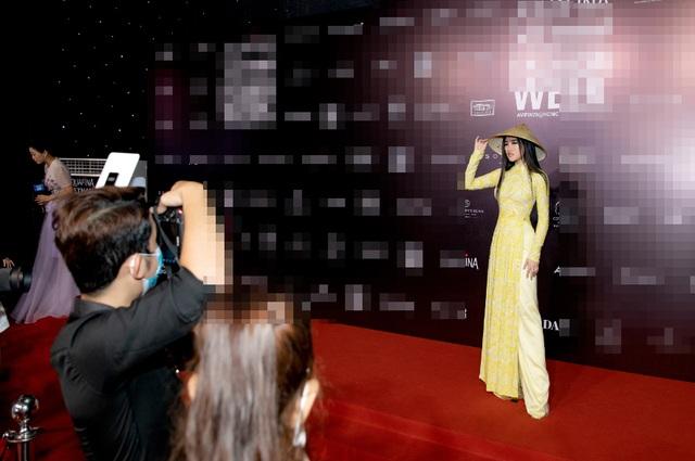 Hoa hậu Emily Hồng Nhung duyên dáng với áo dài đính đá - 3