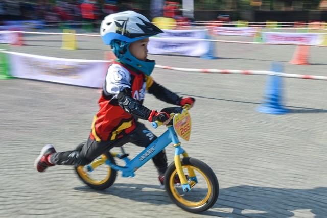 Đua xe thăng bằng siêu tốc độ cùng các tay đua nhí - 11