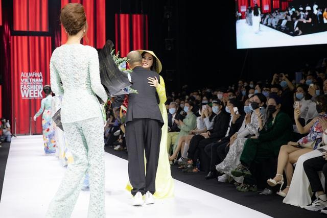 Hoa hậu Emily Hồng Nhung duyên dáng với áo dài đính đá - 6