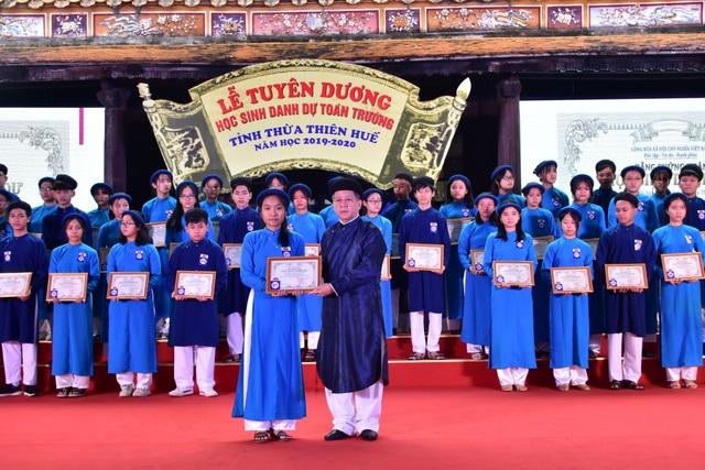 367 học sinh danh dự toàn trường mặc áo dài ngũ thân lên nhận thưởng - 6