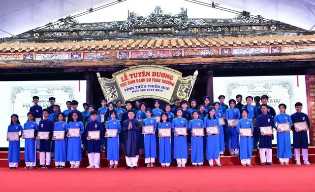 367 học sinh danh dự toàn trường mặc áo dài ngũ thân lên nhận thưởng - 7