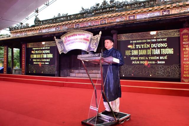 367 học sinh danh dự toàn trường mặc áo dài ngũ thân lên nhận thưởng - 4