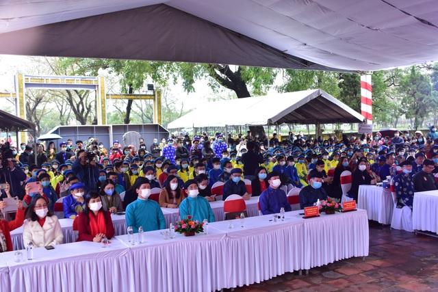 367 học sinh danh dự toàn trường mặc áo dài ngũ thân lên nhận thưởng - 3