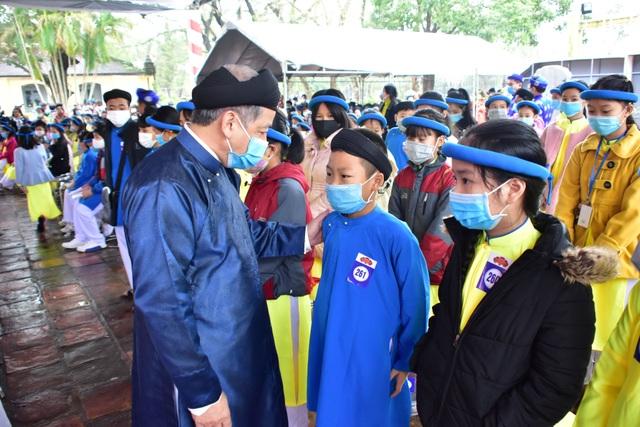 367 học sinh danh dự toàn trường mặc áo dài ngũ thân lên nhận thưởng - 8