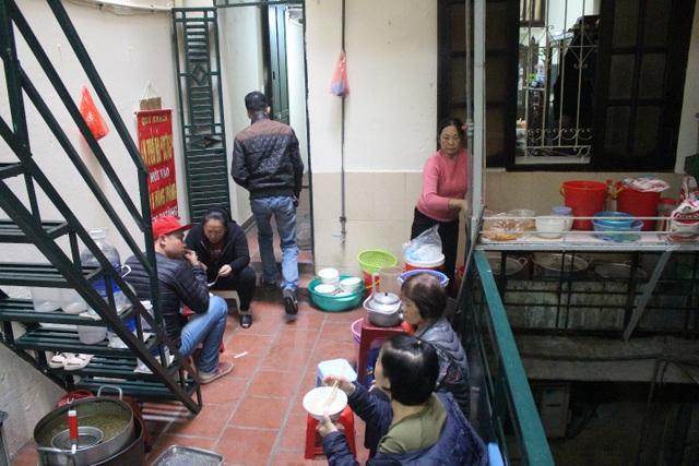 Kỳ lạ phở khổ Hà Nội: Bán trên sân thượng, khách đến ăn gù lưng, mỏi gối - 2