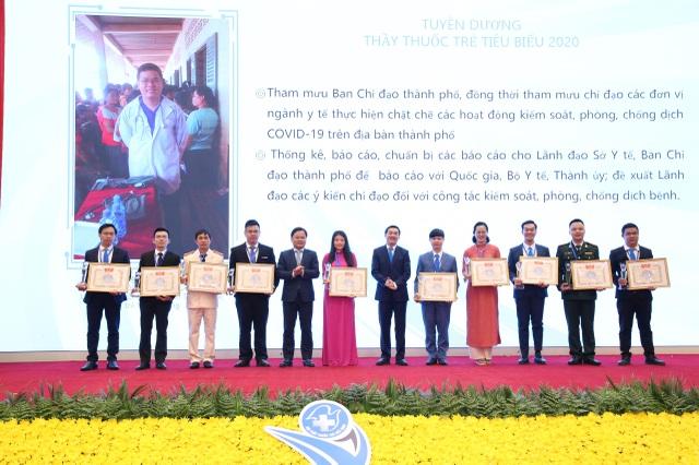 Bác sĩ ở tuyến đầu chống Covid-19 nhận giải thưởng tiêu biểu 2020 - 1