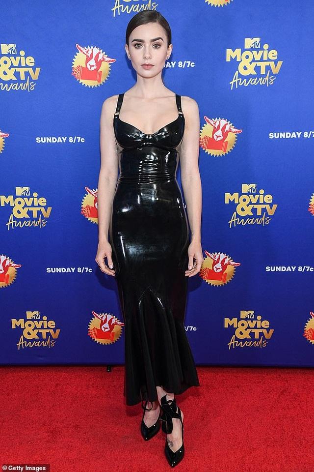 Lily Collins lộ thân hình cò hương trong bộ váy nhựa - 4