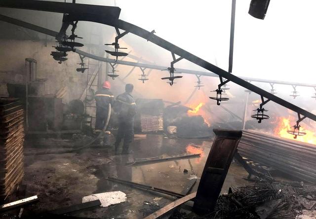 Hai công ty gỗ bị lửa thiêu rụi ở Bình Dương - 1