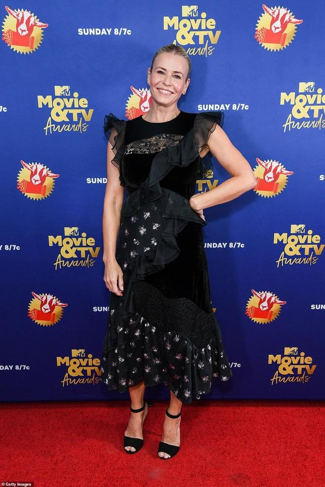 Lily Collins lộ thân hình cò hương trong bộ váy nhựa - 10