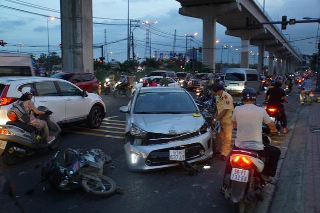 Ô tô tông nát nhiều xe máy ở cửa ngõ Sài Gòn, 3 người bị thương nặng - 1