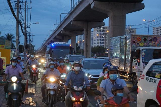 Ô tô tông nát nhiều xe máy ở cửa ngõ Sài Gòn, 3 người bị thương nặng - 3