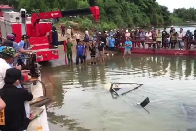 Xe tải bơi dưới sông, tài xế và phụ xe leo thùng hàng kêu cứu - 2