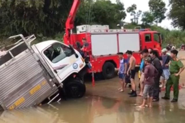 Xe tải bơi dưới sông, tài xế và phụ xe leo thùng hàng kêu cứu - 3