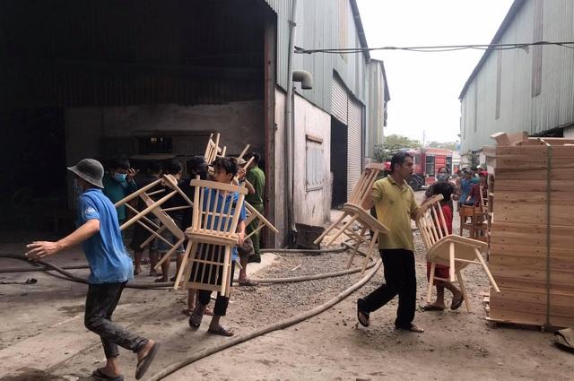 Hai công ty gỗ bị lửa thiêu rụi ở Bình Dương - 4