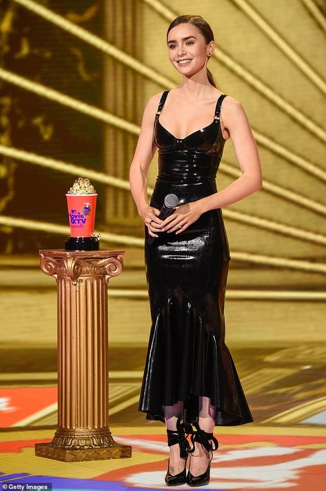 Lily Collins lộ thân hình cò hương trong bộ váy nhựa - 2