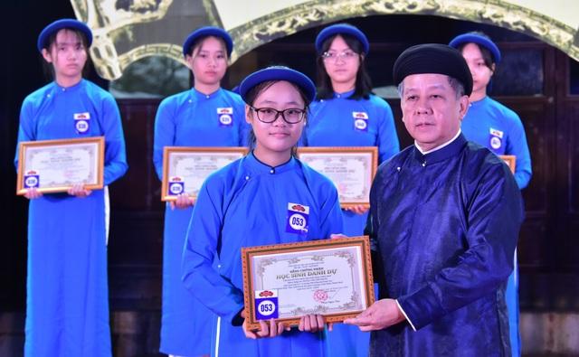 367 học sinh danh dự toàn trường mặc áo dài ngũ thân lên nhận thưởng - 5