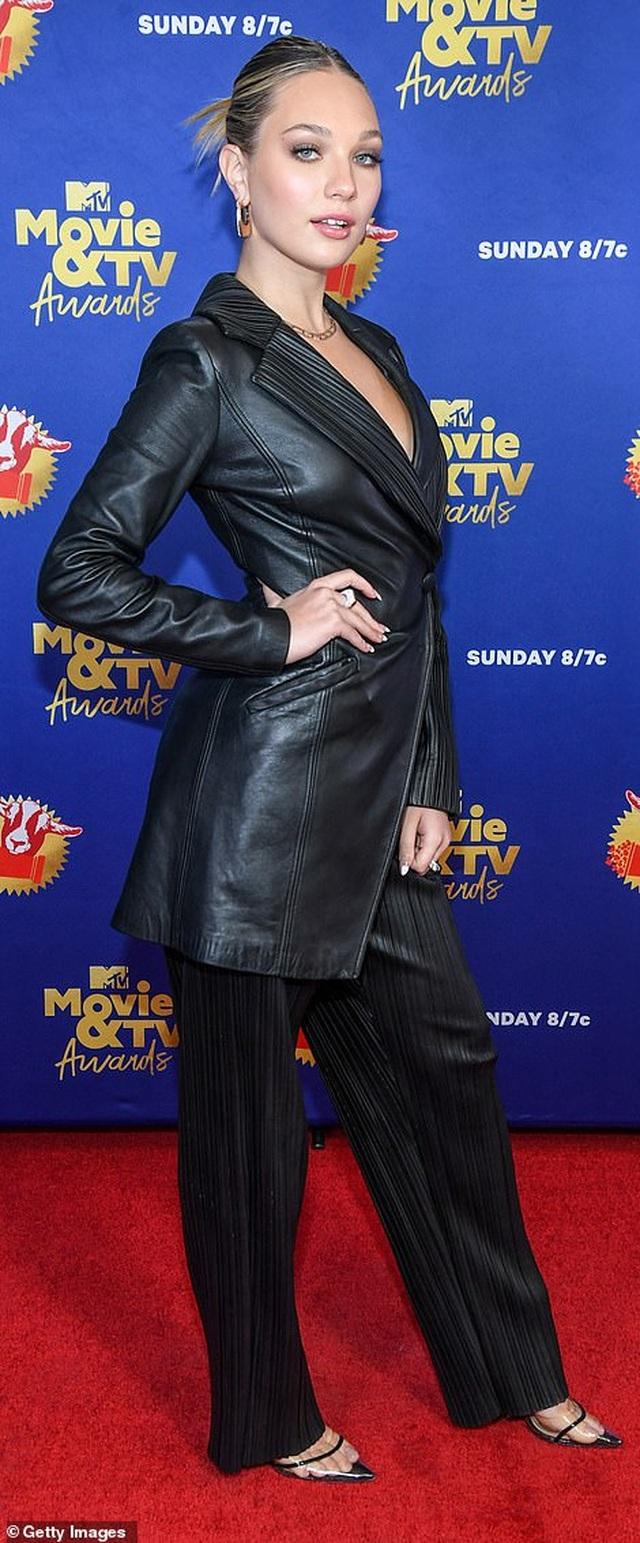 Lily Collins lộ thân hình cò hương trong bộ váy nhựa - 8