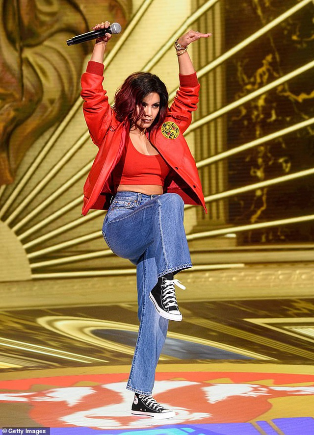 Vanessa Hudgens thay 6 bộ đồ gợi cảm khi làm MC - 9