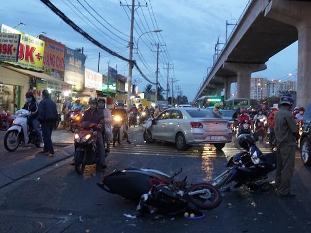 Ô tô tông nát nhiều xe máy ở cửa ngõ Sài Gòn, 3 người bị thương nặng - 2