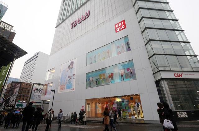 Doanh số giảm mạnh, Uniqlo đóng cửa hàng lớn nhất ở Hàn Quốc - 1