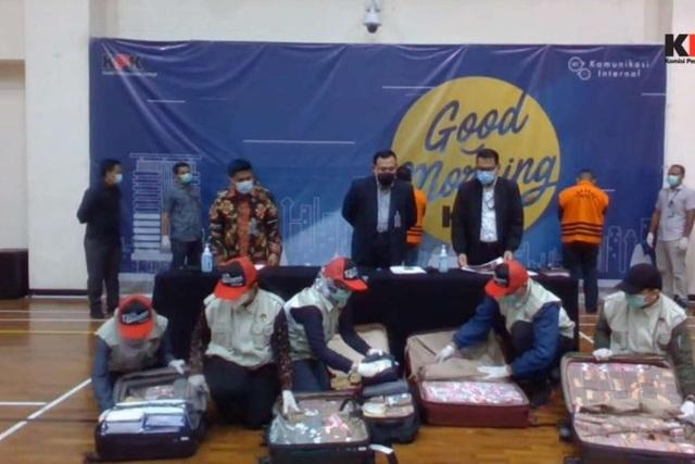 Bộ trưởng Indonesia bị bắt cùng 7 va li tiền tham ô cứu trợ Covid-19 - 1