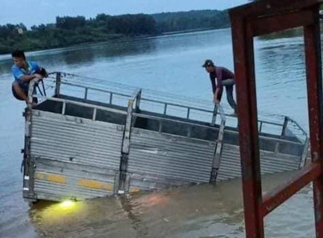 Xe tải bơi dưới sông, tài xế và phụ xe leo thùng hàng kêu cứu - 1