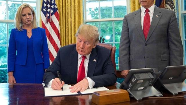 Ông Trump sẽ ký lệnh ưu tiên tiêm vắc xin Covid-19 cho người Mỹ - 1