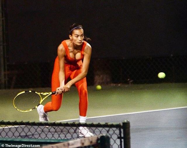 Siêu mẫu áo tắm khoe dáng gợi cảm, khỏe khoắn khi chơi tennis - 2