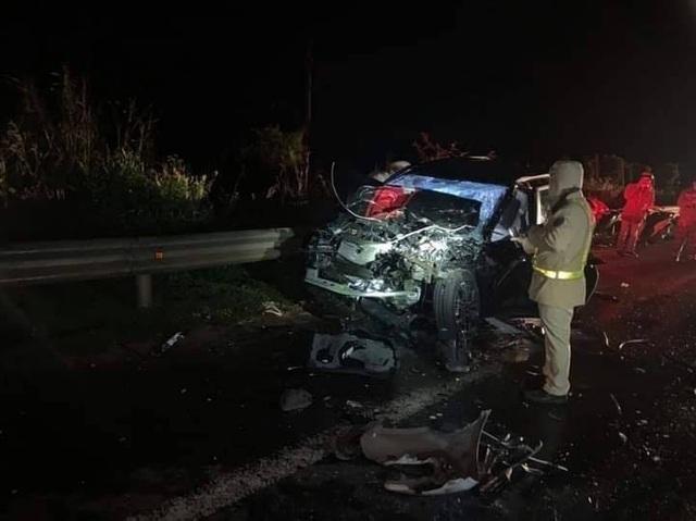 Hai ô tô tông nhau nát bét, 1 người chết, 4 người bị thương - 1